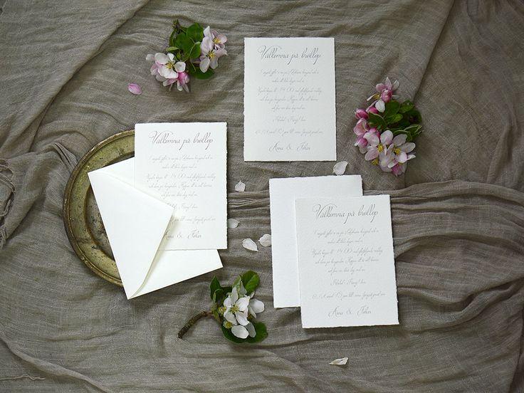 Särö är tryckt på ett papper som är i Sverige pappret till bröllopskortet har len bomullsyta med riven kant som kännetecknas av ett handgjort papper.