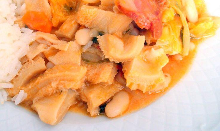 Aqui vai um clássico da cozinha portuguesa, a famosa dobrada com feijão branco, dobrada é o o estômago de um animal (normalmente boi) cozido. Receita de Dobrada com Feijão Ingredientes Dobrada - 1 Kg Cebola - 1 Alho - 3 Dentes Louro - 1 Folha Vinho Branco - 1/2 Copo Tomate - 3 Polpa de Tomate - 2 Colheres de Sopa Cenoura - 2 Chouriço - 1 Feijão Branco - 1 Lata Grande ou 2 Frascos (Já Cozidos) Azeite - A gosto Sal - A gosto Pimenta - A gosto Piripiri - A gosto Salsa - A gosto Limão - Sumo...