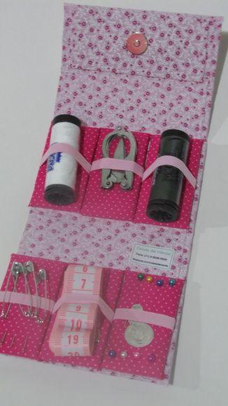 Lindo e prático kit de costura para bolsas  Pensado para vc carregar em sua bolsa, deixar na gaveta ou armário do trabalho, ou ainda levar a uma viagem salvando  vc nessas horas difíceis.  Quando fechado se apresenta como uma linda e compacta bolsinha e qdo aberta, oferece um gama de produtos para um possível emergência.  >>> Ideal para um presente ou lembrancinhas para madrinhas, professoras, etc <<<   Neste Kit contem:  01 Linha Branca 01 Linha Preta 01 Fita métrica 01 Tesourinha ( que…