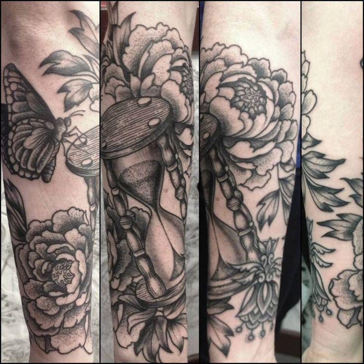 tatouage sablier , tatoueuse Paris , Tin,Tin Tatouage , La Galerie du  Tatouage
