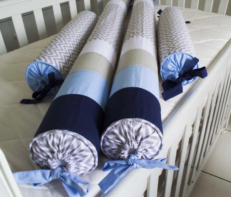 Kit Berço Rolinho Pedro - 4 peças Mostruário de tecidos: http://www.elo7.com.br/amostra-tecidos/al/A38C8 Para berço padrão americano Descrição Protetores: - 2 rolos para cabeceira e peseira. Medida: 50cm comprimento x 10cm de diâmetro; - 2 Rolos para laterais 130cm comprimento x 10cm ...