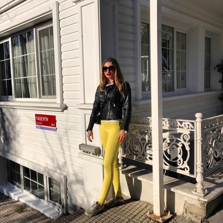 DERİ CEKET/LEATHER JACKET : Zara , Pantolon/Pants : Zara, Sneakers: Guess Benzerini satın al / Shop looks similar  Sarı Pantolon / Yellow pants  Siyah Deri Ceket / Black Leather Jacket  spring 2017 trends  ilkbahar 2017 modası ilham al stil