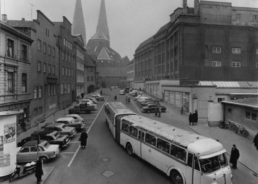 Immer wieder wurde auf dem Platz gebaut und wieder abgerissen. Später forderten die Lübecker den freien Blick auf die Marienkirche.