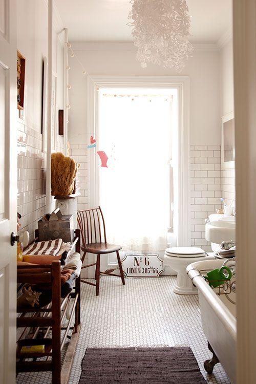 Vitt badrum, rundt kakel på golvet