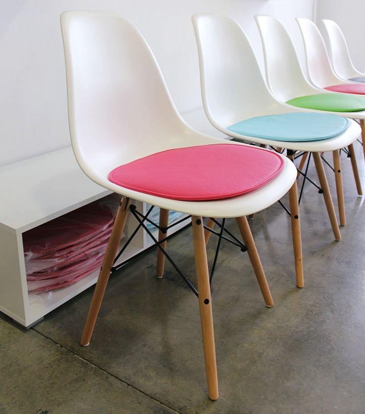 Cojines de colores para sillas Eames en House&Wood. ❤︎