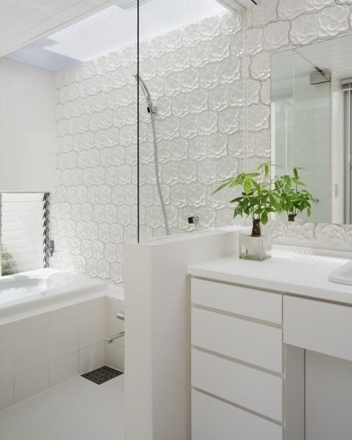 建築家がバラをモチーフにデザインしたレリーフタイルでバスルームの壁を飾っています  落合のコートハウス  #安井秀夫アトリエ #バスルーム#浴室 #bath #シンプルテイスト #タイルライフ #tilelife  #家づくり #マイホーム #マイホーム計画 #マイホーム計画中 #住宅設計 #住宅デザイン #住宅建築 #住まい #住まいづくり #建築家 #工務店 #戸建 #一戸建て #新築 #リノベーション #リフォーム #タイル #浴室タイル #レリーフタイル #内装タイル #ハウスノート #housenot