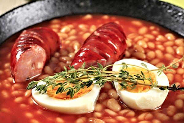Fazole v rajské omáčce, servírované s opečenou klobáskou a vejcem