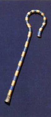 O cetro conhecido como heqa é um pequeno bastão com uma das extremidades formando um gancho e que os pastores usavam para recapturar as ovelhas fugitivas, prendendo-as pelas patas. Às vezes é folheado a ouro e reforçado por tiras de cobre azul e pode ser visto frequentemente empunhado pelos reis egípcios. Ele simboliza o próprio conceito de lei e de ordem e a mais antiga representação de um rei carregando esse cetro é uma estatueta de Ninetjer, faraó da II dinastia (c. 2770 a 2649 a.C.)…