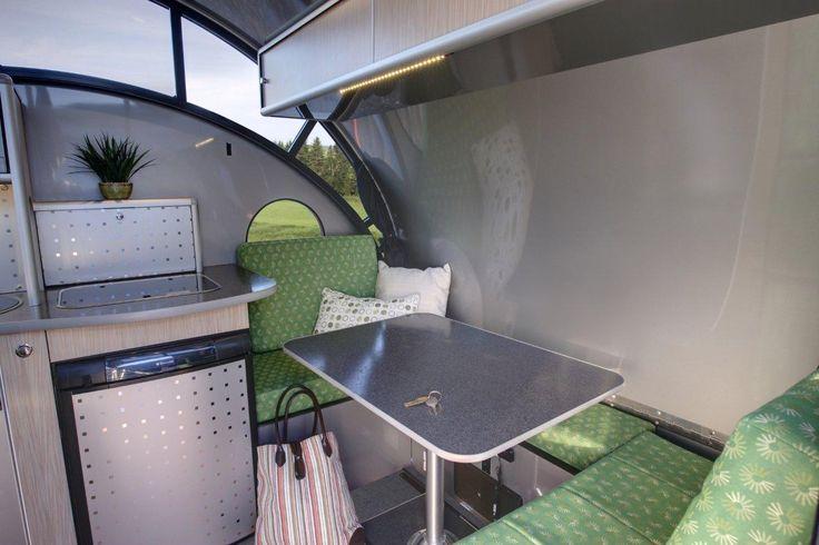 Front dinette converts to 36'' X 81'' single bed. / Coin-repas avant transformable en lit simple de 36'' X 81'' .