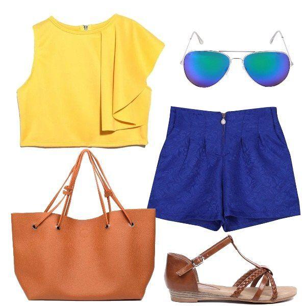 L'outfit è composto da un top corto giallo con volant su una spalla ed un paio di shorts a vita alta con chiusura con zip. Il look si completa con un paio di sandali bassi con cinturini intrecciati, una borsa a tracolla con chiusura magnetica e degli di occhiali da sole a specchio a goccia.