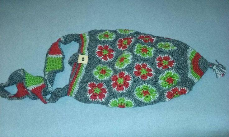 Saco de padrão étnico - cinzas, vermelho e verde. Forrada com tule. Com bolsa para telemóvel no interior.