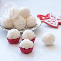 Einfache Likörpralinen mit weißer Schokolade /Schokoladentrüffel sind mit die einfachsten Süßigkeiten zum selber machen und man kann sie zu jedem Anlass verschenken, von Geburtstagen bis zum Valentinstag oder an Weihnachten. Ich verwende gerne Malibu®, geb noch etwas Zitronenschale unter die Masse und wälze sie in Kokosflocken, aber der Fantasie sind keine Grenzen gesetzt.@ de.allrecipes.com