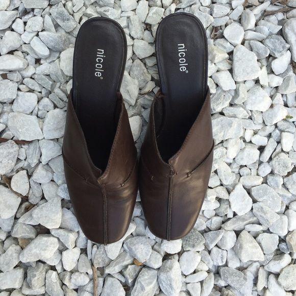 Nicole Zapatos cerrados de la punta en buen estado Nicole Shoes