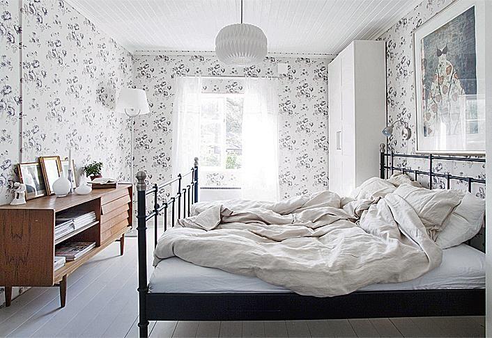 Boråsin seepianväriset kukkatapetit ovat levolliset, vaikka kuosi on runsas. Paperivalaisin on Habitatin. | Vihdoin valmis | Koti ja keittiö | Taina Vuohelainen | Kuva Arto Vuohelainen