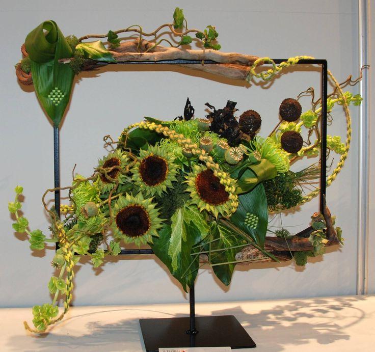 herfst-bloemstuk in een ijzeren frame op standaard (zonnebloem en takken)