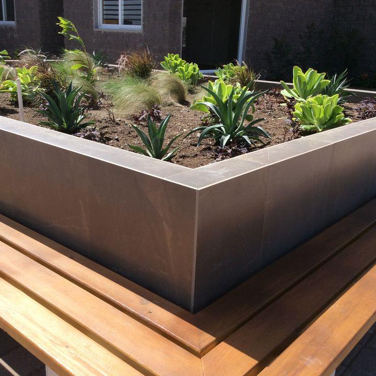 Banca integrada a la jardinera justo frente a la for Jardineras con palets de madera