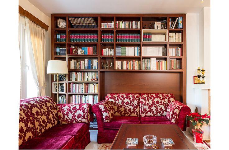 Βιβλιοθήκη που πλαισιώνει έναν καναπέ είναι πολύ διαδεδομένος τρόπος διαρρύθμισης στο εξωτερικό...