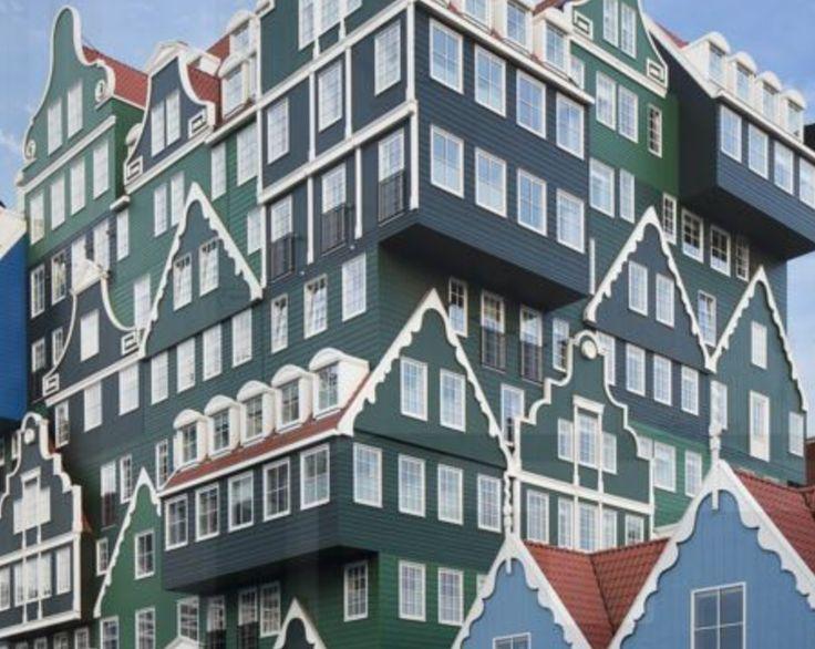In Zaandam staat een bijzonder vormgegeven hotel. Je stapt uit het station en kijkt tegen een gebouw waar een heleboel typische Zaanse huisjes zijn opgestapeld. Dit is het Inntel Hotels Amsterdam Zaandam. De unieke buitenkant van het gebouw is een echte blikvanger! #origineelovernachten #officieelorigineel #reizen #origineel #overnachten #slapen #vakantie #opreis #travel #uniek #bijzonder #slapen #hotel #bedandbreakfast #hostel #camping #romantisch #reizen