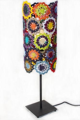 Estas originales pantallas han sido creadas con la típica técnica del ganchillo y un endurecido con resina que les permite mantener la forma, acompañadas de color y armonía, haciendo que lo que hoy era un simple pie de lámpara viejo. Por Isabel Hernández Pérez.