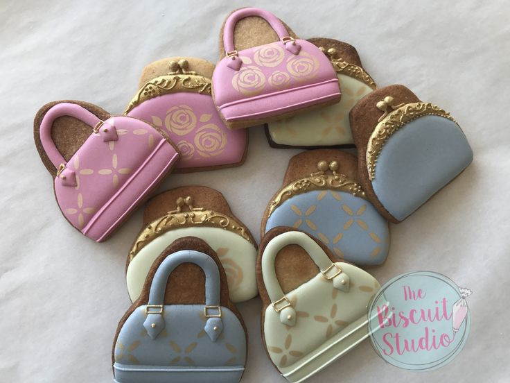 The Biscuit Studio #cookies #cookieicing #cookiedecorating #royalicingcookies #royalicing #cookiestencils