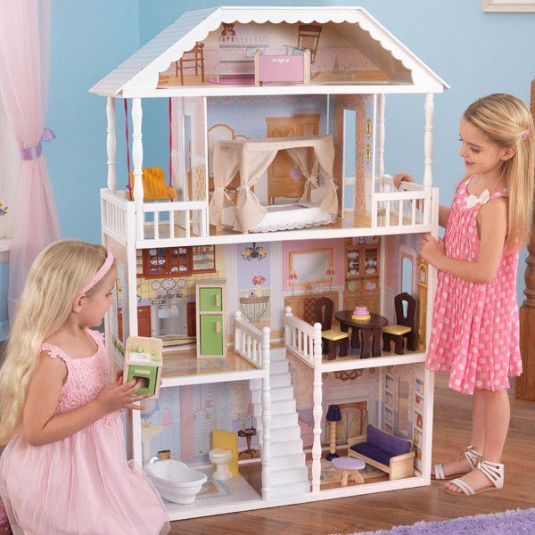 La casa de muñecas savannah es extraordinaria, tiene cuatro plantas y seis habitaciones de grandes dimensiones.  Con balcones, buhardilla y gran escalinata central, esta magnífica casa de muñecas es un sueño.