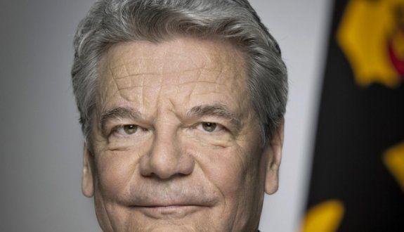 Es ist keinesfalls komisch, wie in Deutschland die veröffentlichte Meinung der Transatlantik-Presse, die öffentliche Meinung beeinflusst. Laut Umfrage ist Gauck einer der populärsten Bundespräsidenten. Über Gaucks Stasi-Vergangenheit redet man öffentlich nicht. Christian Wulff hat sich nachweislich nichts zu Schulden kommen lassen, wurde aber medial hingerichtet. Darum ist er auf der Beliebtheitsskala am unteren Ende zu finden.