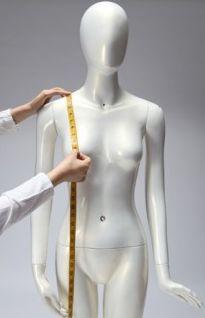 Hauteur épaule/poitrine: A prendre à partir de la clavicule jusqu'à la pointe de la poitrine. Il est préférable de porter un soutien gorge pour cette mesure.
