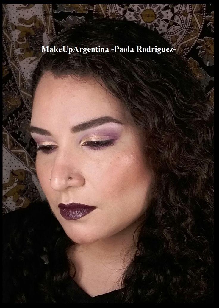 Viernes!!! Miren qué linda combinación! Este look està hecho con el pigmento Lavender de @approfessionaloficial y el labial Cyber @maccosmetics Les gusta? Lo pueden ver en acción haciendo click en el link de mi perfil, o aquí  . ▶https://youtu.be/_6KC-MI86qI◀ . Como siempre, la foto no tiene filtro ni edición/retoque digital👌  #MakeUpArgentina #MOTD #MaquillajeProfesional