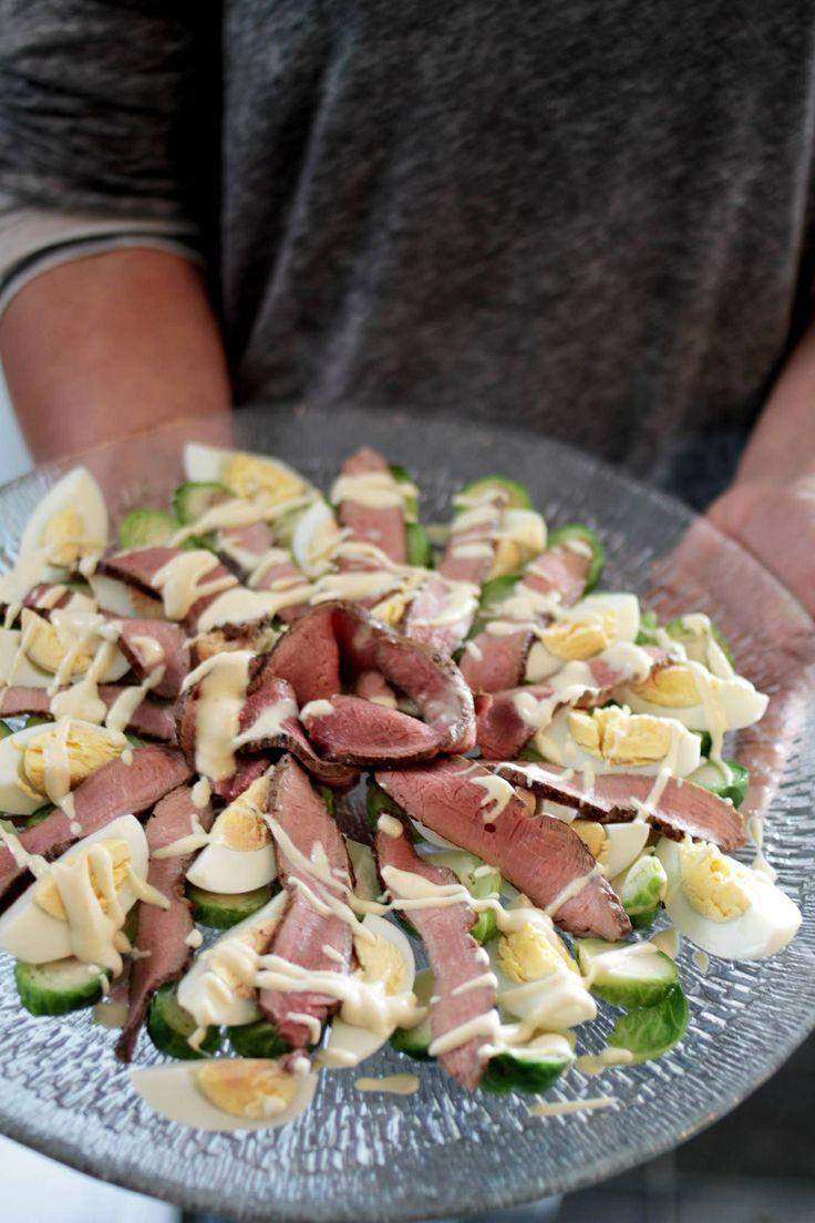 Vildsvinssallad med ägghalvor brysselkol och senapssås.