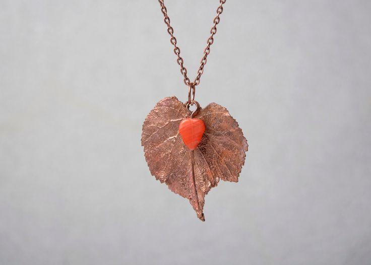 natuur blad ketting oranje beaded koperen hanger cadeau voor haar gegalvaniseerde ketting electroformed botanische sieraden door DolgovaSvetlana op Etsy https://www.etsy.com/nl/listing/497372477/natuur-blad-ketting-oranje-beaded
