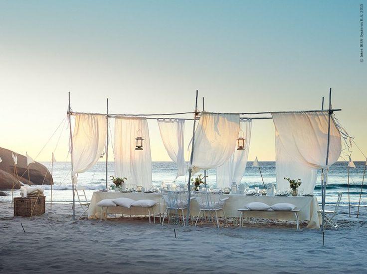 Hög tid att fira! Med hjälp av metervaror, gardiner och stadiga pinnar bygger vi upp ett tält som ramar in festkvällen. BYHOLMA kista, VIVAN gardiner, MATILDA gardiner, AINA metervara i linne, MÖRKT lykta, MÄLARÖ stol, IKEA PS 2014 bänk, VIGDIS kuddfodral, HÖGSTEN karmstol, IKEA PS 2014 bord, BORRBY lykta. Stylist: Hans Blomquist Fotograf: Mikkel Vang