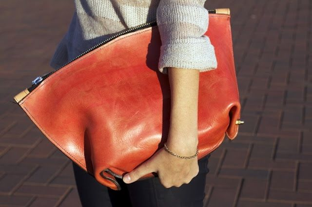 Street style : accessories oversized leather clutch