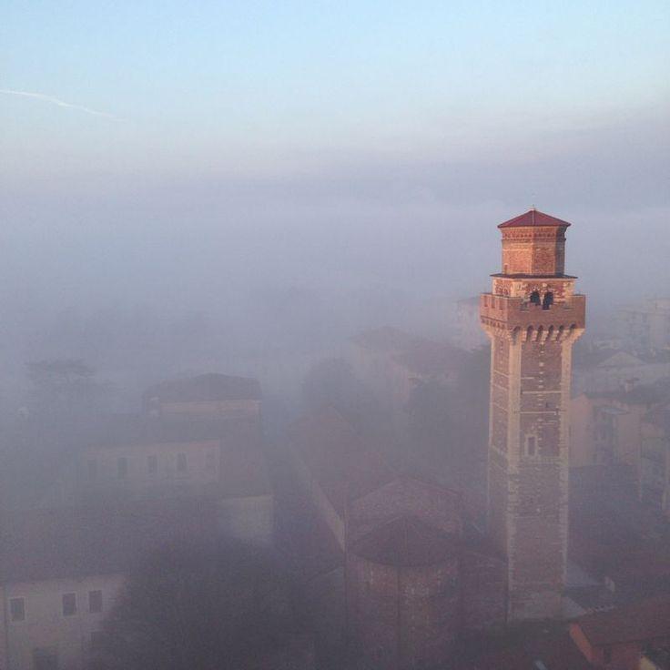 Il Campanile della Chiesa di San Felice e Fortunato immerso nella nebbia