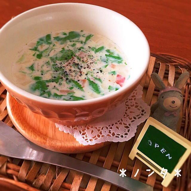 レシピという程ではありませんが(^_^;)笑 忙しい朝や夜中にも良い、身体が温まるすぐ出来る簡単スープです♡  ①スープに入れたい材料を細かく切って、 (私は今日は大根葉、かぶ、ベーコンにしました。) ②器に入れる。 ③②に小さじ1のコンソメ、牛乳を入れる。 ④ラップをしてレンジで8分(今回は3つ作ったから8分かかったけど、数が少ない時はもっと短くても大丈夫) ⑤ブラックペッパーをかけたら出来上がり♡ - 65件のもぐもぐ - 簡単☆すぐ出来る♡身体温まるスープ♡ by nonta719