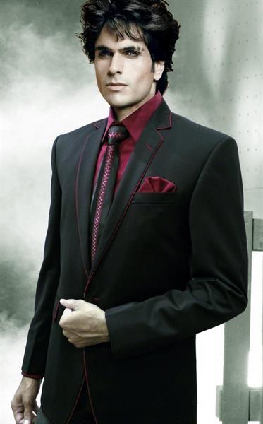 Мужской черный костюм и красный галстук