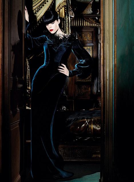 Long dress with a feather-trimmed décolleté - Thierry Mugler