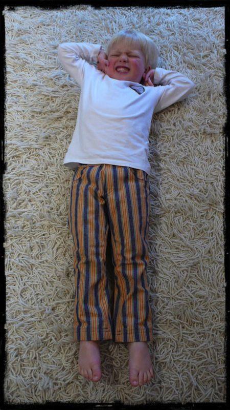 Niet dit leuke jongetje maar wel het broekpatroon: een broek voor smalle billen.Ik vond het bij toeval toen ik een br...