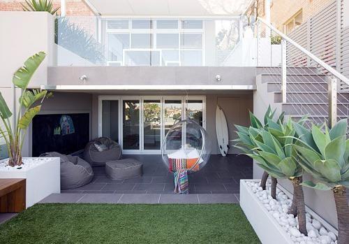 Deze tuin zouden wij ook wel willen hebben! Je kan meer ruimte in de kleine tuin creëren door hoogtes te maken in de tuin. Dit is een perfect voorbeeld hiervan. Je verdubbeld eigenlijke de ruimte in de tuin op deze manier.