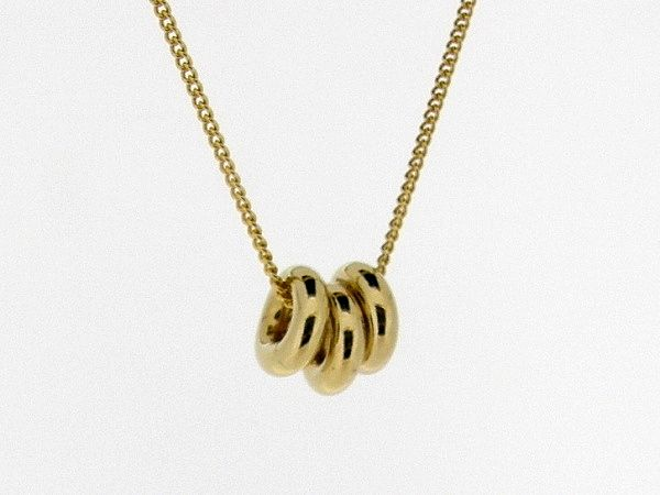 Gouden dunne gourmet ketting met hangertje drie geluks ringen.