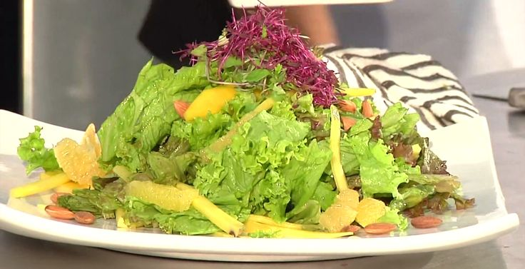 Ensalada tropical: Una exótica combinación de frutas y verduras.