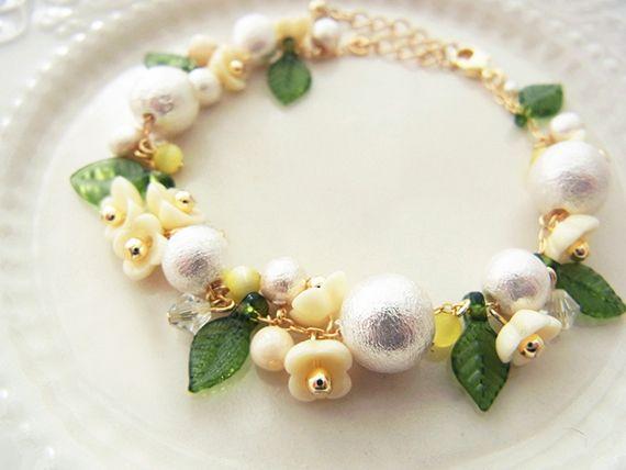 ★ピンクはこちら。http://minne.com/items/1245206小さな野花の花冠をイメージして、春のお出かけにぴったりなブレスレットを作りました。やさしい質感のコットンパールと可愛らしいお花のビーズで、手首を女性らしく彩ります。合間にキャッ...