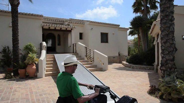 Video met 2 aangepaste vakantiehuizen voor een #aangepaste #vakantie in Moraira aan de Costa Blanca in #Spanje.