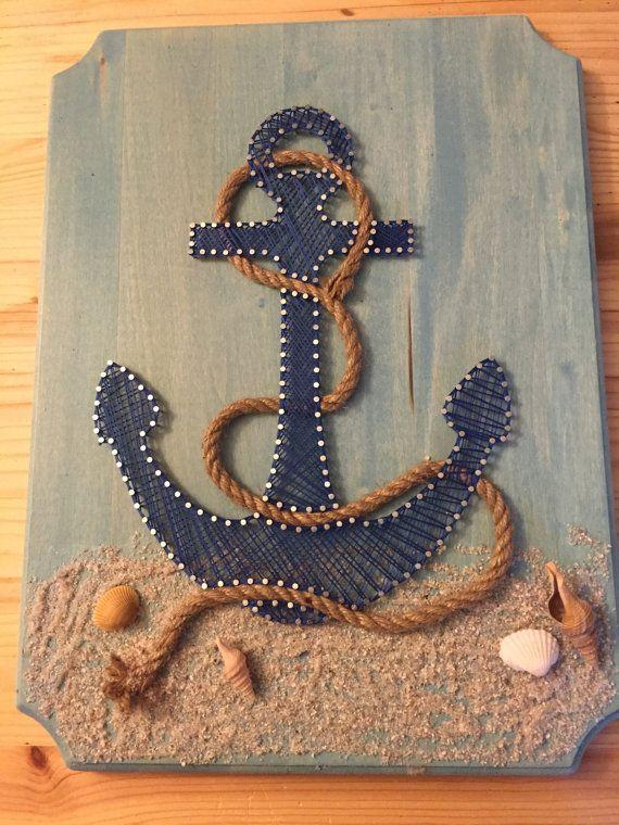 Sie suchen etwas zum Aufhängen an die Wand, dass Leerraum zu füllen? Lieben Sie den Strand? Dieser Anker ist perfekt für alle Themen Zimmer/Strandhaus. Auf einem blau gefärbten Stück Holz mit Sand, Muscheln und Seil inklusive gemacht, ist diese Zeichenfolge Kunstwerk einzigartig. 12 x 16 und einfach auf Rückseite mit Sägezahn Haken hängen Möchten Sie eine andere Farbe? Zögern Sie nicht, mit Fragen/Anliegen/Anregungen erreichen. Vielen Dank