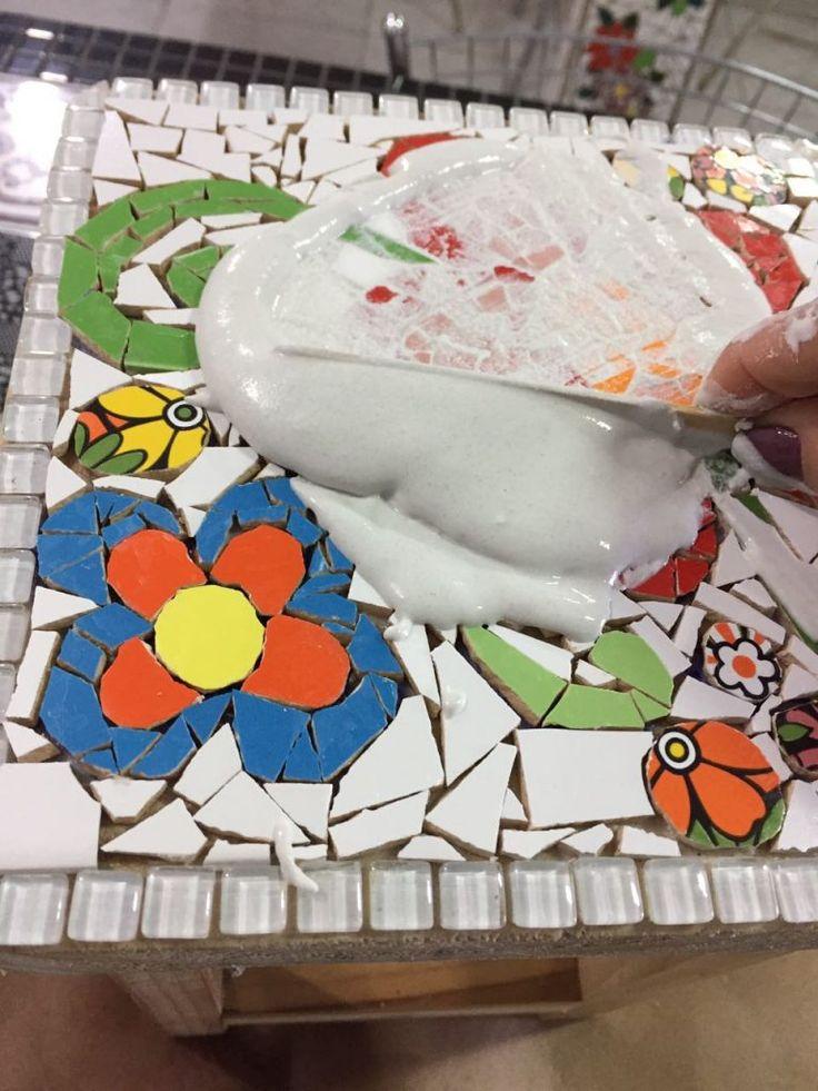 DIY | Curso gratuito de mosaico | Banco com cacos de azulejos – Além da Rua Atelier
