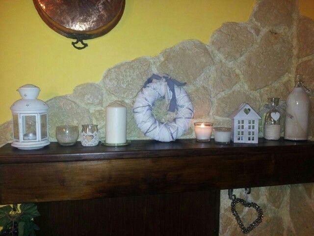 Una mensola del camino con candele e lanterne...in puro stile country shabby