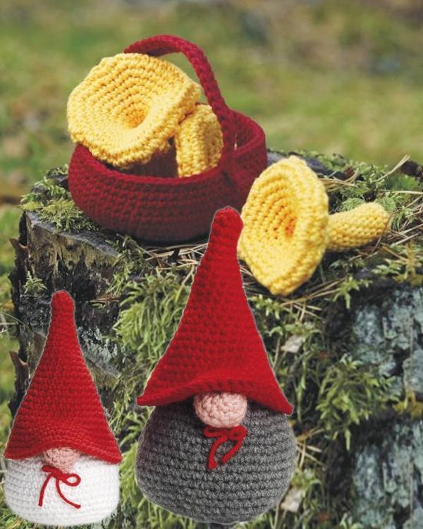 Stickade luvtomtar och korg med kantareller. #knittingroom #garn #hemmet #inspiration #jul #tomte