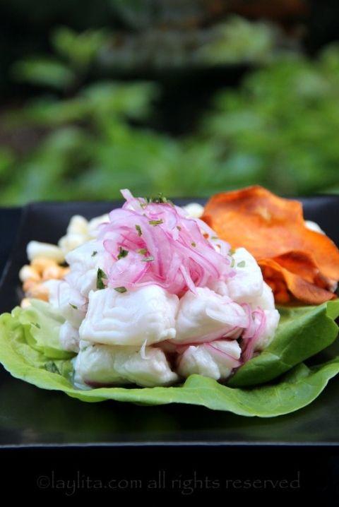 Cebiche de pescado. El tradicional cebiche/ceviche peruano se prepara con pescado fresco (halibut, mero, merluza, corvina, mahi), limones (key limes) cebollas, ajies picantes (aji limo, amarillo o habanero-sin semillas) cilantro fresco.