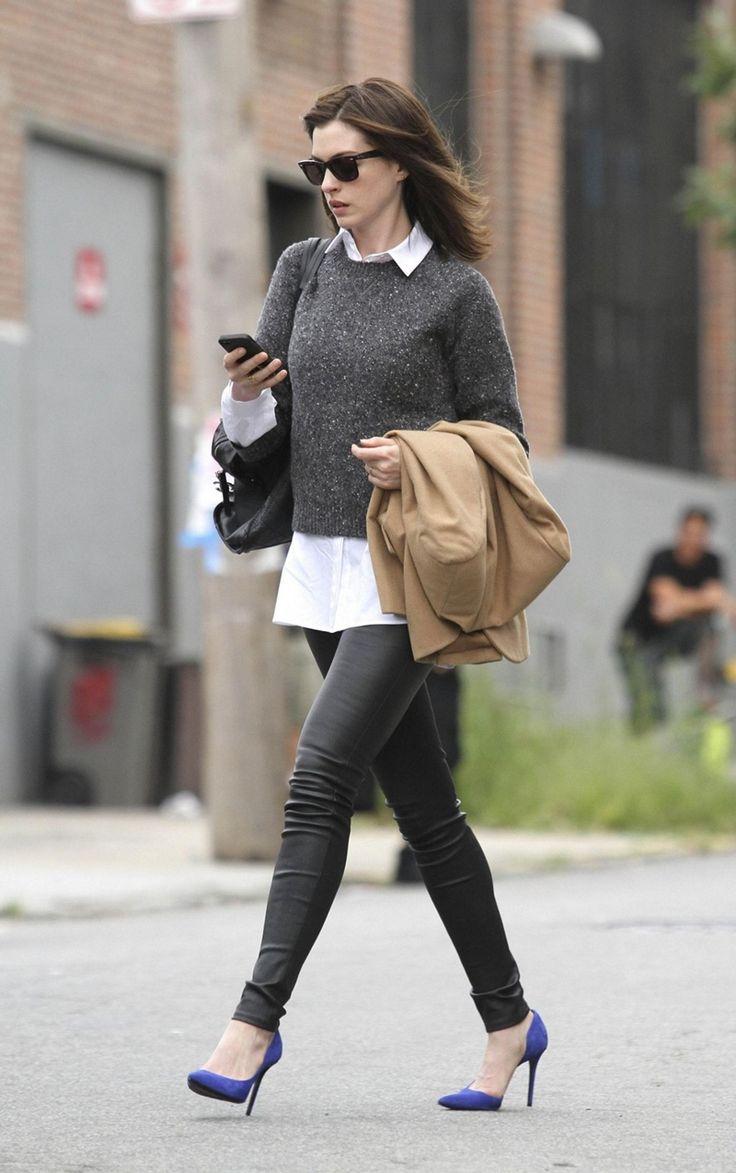 sueter e camisa + calça couro skinny + scarpin colorido