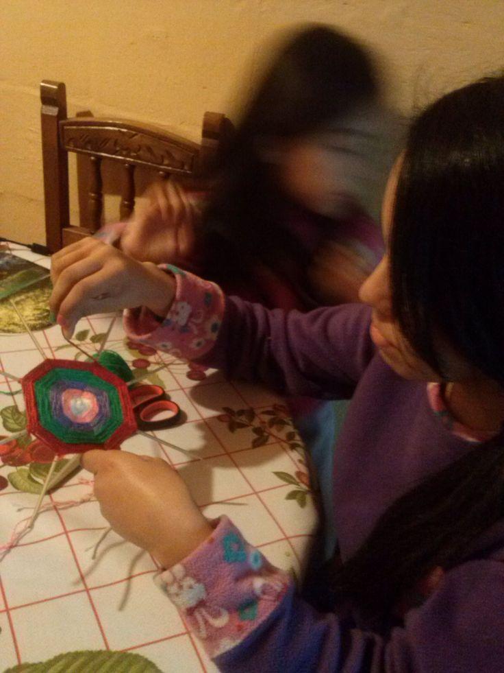 mis nietas, haciendo su primer mandala.