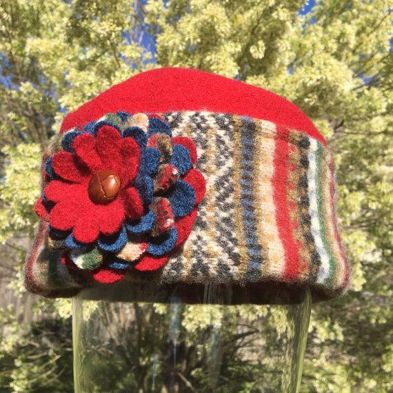 Warme vrouw Pillbox hoed van Upcycled vilten wollen truien - rood blauw groen bruin strepen met bloem broche speld